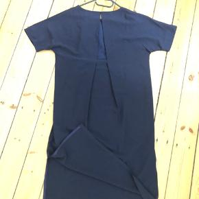 Flot kjole fra 2nd Day.  Går til under knæet/midt skinneben på mig.  Mørk blå/ navy.  Fin detalje på ryggen.  Forsendelse på købers regning.