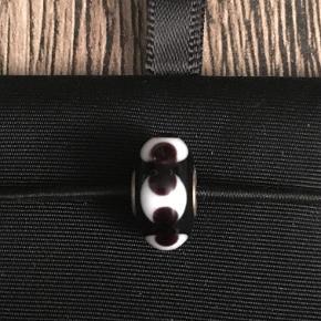 Troldekugle, glas sort med hvidt mønstre. Der kan forekomme små hhakker og ridser i, da den er brugt få gange. Se foto
