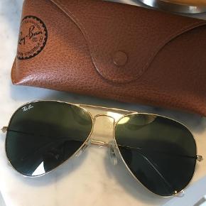 Brand: Ray Ban Varetype: Solbriller Størrelse: 55 Farve: Guld Oprindelig købspris: 1400 kr. Prisen angivet er inklusiv forsendelse.