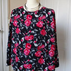 Flot bluse med lange ærmer sælges, den skal være lidt stor i det. Bytter ikke. Brystmål: 59x2 Længde67 Materiale: 100% Polyester Sælges for 100 kr + porto 33 kr. Se også de andre annoncer jeg har.