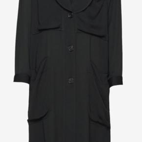 Lækker kjole/kimono. 100% viskose, model Encelia. Kan bruges åben som kimono, lukket som lidt oversized kjole og lukket med det medfølgende bælte, som taljeret kjole...125 cm lang. Har været brugt 1 gang