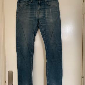 Jeans i str. 31 med benlængde 32  model Iggy fra Tiger of Sweden. Total længde ca 104 cm