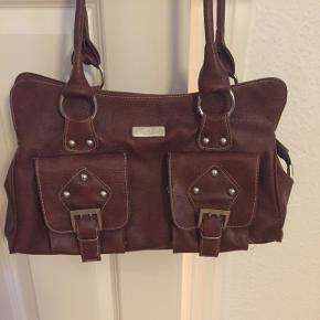 """""""Prada""""taske - ikke ægte, men rigtig fin og fremstår som ny. Flere rum indvendig, heraf to med lynlås samt en lille lomme. To udvendige rum. Skuldertaske! Bare byd. Hurtig handel prioriteres ... Jeg sender gerne!"""