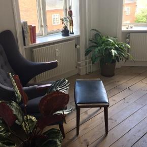 Smuk taburet. Vi har brugt den sammen med vores bamsestol. Den har et klassisk look og passer sammen med det meste.