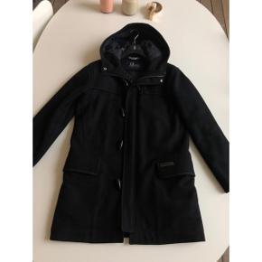 Peak Performance Duffelcoat til mænd sælges. Den er i uld, og der er ingen tegn på brug. Brugt meget få gange. Np var omkring 3000. Bud ønskes. Bytter ikke