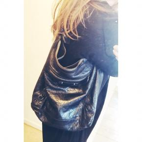 Model: Balenciaga Day Originalfarven: Beige - farvet sort Mål: 40,5x33x12,5 Ingen kvittering