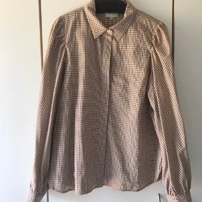 Super fin ternet skjorte,str. XL, bryst 114cm, længde 71cm, meget lidt brugt, fremstår derfor som ny.