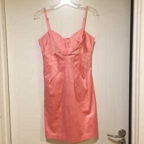 • Lyserød kjole fra Gina Tricot • Brugt få gange • Str. 36 • Sender med DAO