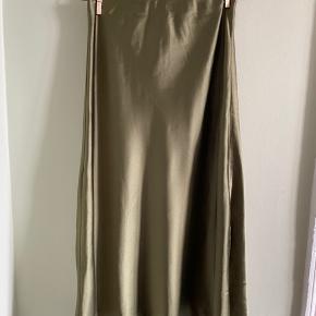 Mega fin nederdel, aldrig brugt, har dog fået en lille tråd løs på midten, se billede 2