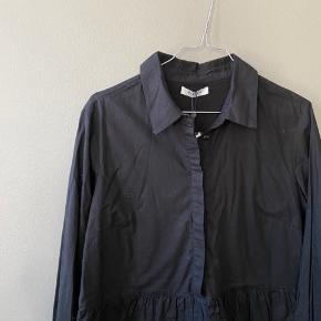 Fin skjortekjole fra Pieces med flæser / lag str. M💛  TAGS: kjole, skjortekjole, flæser
