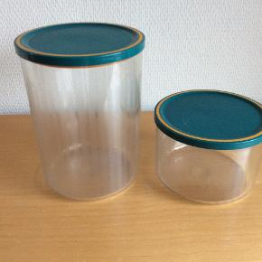 650 ML og 1,5 L  Beholderne har alm. brugsspor, som de får i det hårde plast ved  brug.  Jeg har 3 sæt.    Prisen er pr. sæt
