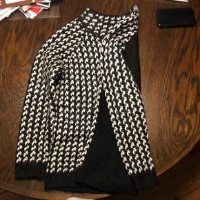 Smuk strik bluse, fra mærket Yessica. Sort på ryggen