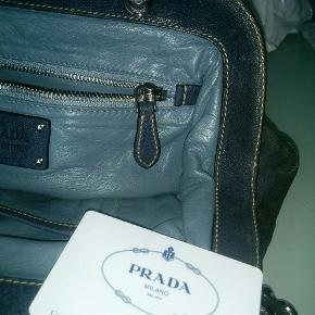 Tasken er foret med blåt skind og er i  fantastisk grå farve med den rigtige patina. Måler: 33 cm x 23 cm.