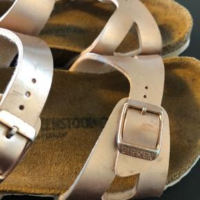 Fine sandaler i kobber, der er brugt max 2-3 gange