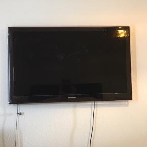 Samsung tv af ældre dato. 46 tommer. Kender ikke købsdatoen, men i hvert fald 8 år gammelt. Almindeligt slid og ridser, men virker helt optimalt. Så har du brug for et flot stort tv til ingen penge så er dette perfekt. Byd gerne.