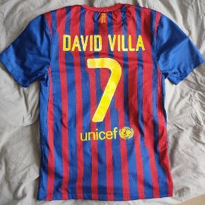 Fc Barcelona trøje fra 2011/2012 sæsonen David Villa #7 Selve trøjen er i glimrende stand, men trykket har desværre taget skade efter vask.