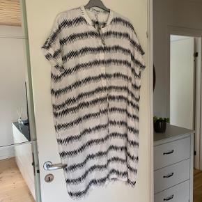 Let råhvid og sort meget lækker oversize kjole