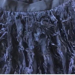 Rigtig sød kort nederdel af viscose og silke. Livv. 76 cm. Længden 42 cm. Lynlås i siden.