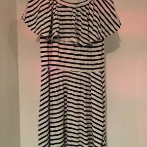 """Sort/hvid striber kjole fra THE NEW. Ikke brugt ret meget. Kan laves """"off shoulder"""""""