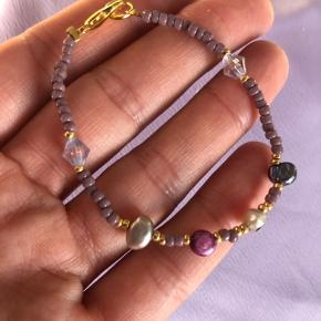 Perle armbånd med ferskvandsperler Lilla nuancer med 4 store ferskvands perler 📐Mål: ca 16 cm Lilla ametyst sten 💮Prisen er fast og inkl Porto med postnord