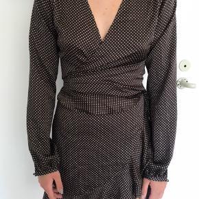 Sælger denne super smukke Neo Noir satin slå-om kjole med små polkaprikket. Den passer en størrelse xs-s. Den er aldrig brugt, og derfor stadig prismærke i den. Den kostede 600kr for ny. Sælges for 250kr ekskl fragt med Dao.