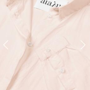 Helt ny lækker skjorte fra Aiayu. Farve: Tan.  Xs passer også en Medium så stor i størrelsen  Øko bomuld Med tags Aldrig brugt