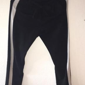 Sælger disse bukser fra deres. Bukserne er købt for 2 år siden og er brugt en del:)