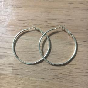 Sølv hoops, øreringene måler 4,5 i diameter. Aldrig brugt. Nikkelfri, sølvbelagt.