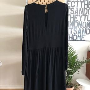 Vermund Is Dress.   Ca. 100 cm fra skulderen.  100% viskose.