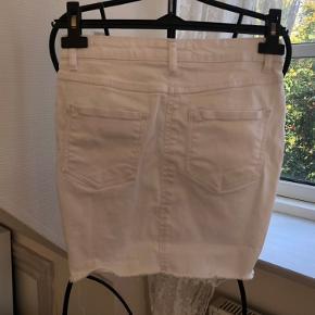 Mærke: Parisian  Hvid nederdel med stretch  Brugt meget få gange