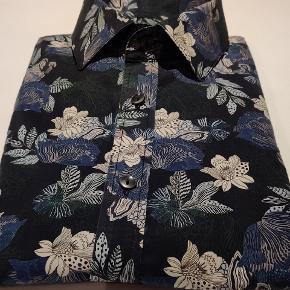 Langærmet skjorte fra Matinique. Mørkeblå med stort blomster print.