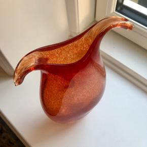 rød/orange glas vase. Højde 19 cm Åbning 2.5x5 cm  Ukendt kunstner