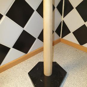 Fin køkkenrulleholder med marmor fod.   Giv et bud