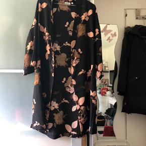 Flot blomstret kimono fra Pigalle. Købt i Only. Str. 40. Brugt få gange🌸