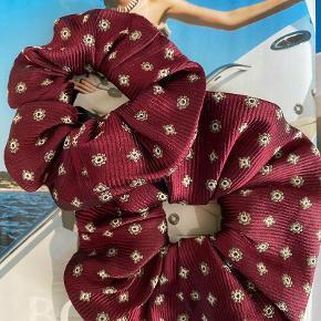 Håndlavede scrunchies lavet af ét vintage silkeslips by Carousel de Caró Lille 120 DKK Stor 160 DKK