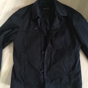 Herre jakke. Trenchcoat. Kort model. Blå.  Selected Homme.   Fejler ikke noget.  Fra ikke rygerhjem