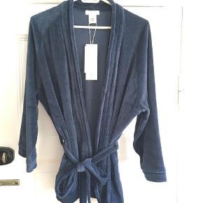 Varetype: Kimono cardigan robe jakke velour øko Størrelse: M 38 40 Farve: Mørk Blå,Mørkeblå,Navy,Marineblå,Marine Oprindelig købspris: 799 kr. Prisen angivet er inklusiv forsendelse.  Lækker velour cardigan robe kimono i økologisk bomuld :)    I smuk midnatsblå og med bindebånd    Aldrig brugt - stadig med mærker    Str. M (38/40)    Ærmer er 35,5 cm fra armhule og ned  73 cm lang fra nakke og ned     Giver mængderabat :)