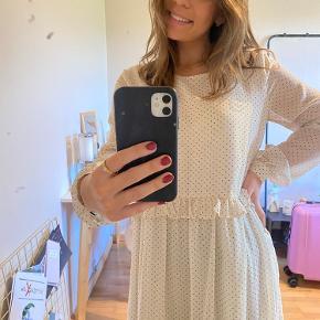 Smukkeste hvidprikket kjole, som både kan bruges til hver dag eller til de lidt finere anledninger. Kjolen er brugt få gang, så standen er virkelig fin