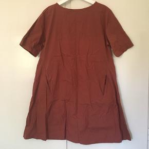 Super sød kjole i rust farve  Str. S  A-Line med lommer og feminin syning på ryggen  Går til midt på låret  Lækker farve til efteråret