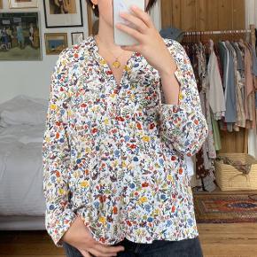 Hvid blomstret skjorte fra Zara. I god stand. Størrelse L, men ses på en størrelse S på billederne. Jeg har også skjorten i sort.