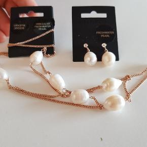 Super flotte ferskvandsperler i rosaguld kæde og ørestikker med samme slags perler og sten 😍 Original pris ørestikker: 199kr, halskæde 449kr.