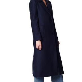 Rodebjer Justin Wool Coat, virkelig flot og varm mørkeblå frakke fra Rodebjer brugt 3 sæsoner. Lidt tegn på brug, ellers i fin stand. Den har 2 lommer, en indre brystlomme og 3 knapper til at lukke frakken med (den 3. er skjulte og ligger op ved halsen).  Nypris (jeg har givet) = 3.500kr   #trendsalesfund