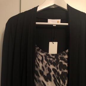 Fin sort cardigan med sammenhængende leopardprint underkjole Helt ny Np. 150.-  BYD