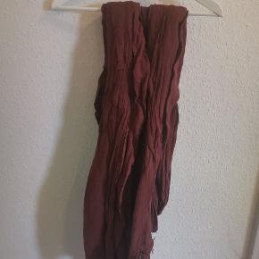 """Virkelig stort tørklæde i rustfarve. Let """"hør"""" agtigt stof."""