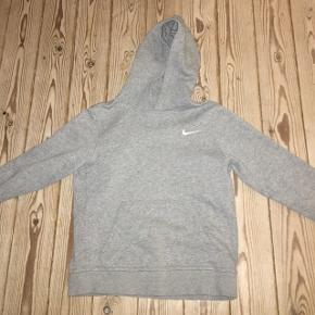 Grå Nike hoodieBrugt, men super fin stand Str. Medium/10-12 år Np: 262 Mp: 110