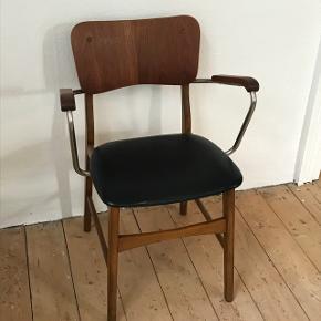 Ib Kofoed Larsen armstol🙌 originalt kunstlæder på sædet har lidt ridser - men ikke hul😊✅
