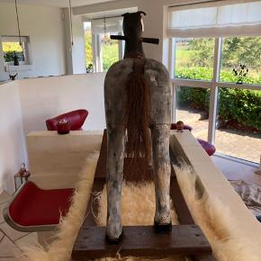 Den smukkeste vintage hest. 100 år gl. Unika i topklasse.  Skal denne fine antikke gyngehest stå i dit hjem eller forretning? Denne fine gyngehest søger et nyt hjem. Den er i intakt og original stand.  Åben for bud Kan leveres i Aarhus efter aftale. Seriøse bud er velkomne.