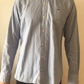 Blå Tommy Hilfiger skjorte. Rigtig god stand.  BYD