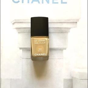 """Varetype: 565 Beige nailpolish neglelak nailcolour   Fin farve fra Chanel. kanten går over tekst """"Les Vernis"""" så der er stadig meget tilbage. Toplåg medfølger. Æsken medfølger ikke.  Se også alle mine andre annoncer!"""