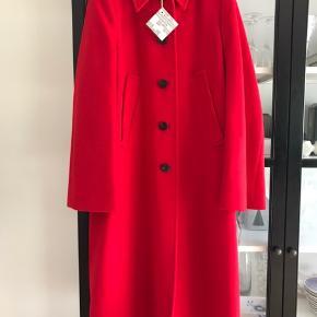 Smuk rød frakke fra Baum und Pferdgarten.  Aldrig brugt, helt ny med mærke på.